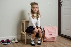 有上学, sitti的金发的一位相当年轻女小学生 免版税库存照片