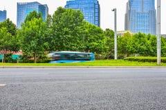 有上海都市风景和地平线的柏油路在中国 免版税图库摄影