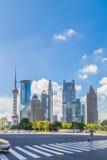 有上海都市风景和地平线的柏油路  库存照片
