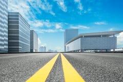 有上海都市风景和地平线的空的柏油路在中国 免版税库存图片