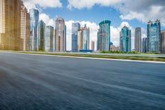 有上海都市风景和地平线的空的柏油路  库存图片