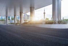有上海都市风景和地平线的空的柏油路  库存照片