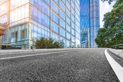 有上海都市风景和地平线的空的柏油路  免版税图库摄影