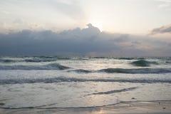 有上面cloudscape的早晨海在海岛岸 免版税库存图片