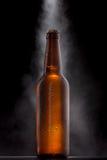 有下落的冰镇啤酒瓶 免版税库存照片