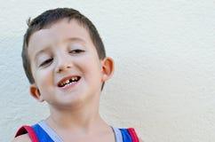 有下落的牙的孩子 免版税库存照片