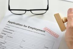 有不加考虑表赞同的人和批准的就业应用的手 免版税库存照片