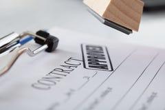 有不加考虑表赞同的人的商人手 免版税图库摄影