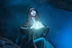 有不可思议的球的巫婆在她的手上导致精神 免版税库存照片
