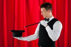 有不可思议的鞭子和帽子的魔术师 免版税库存图片