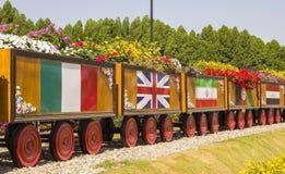 有不同的国家旗子的五颜六色的花卉火车  免版税库存图片