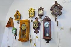 有不同的时代古老时钟展览的一间屋子在Palanok城堡的 穆卡切沃 乌克兰 库存照片