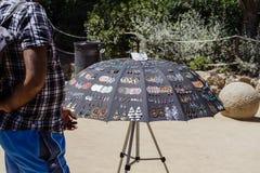 有不同的纪念品盖的伞的街边小贩 库存照片