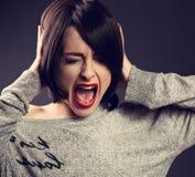 有不快乐,沮丧的哭泣的面孔的呼喊的妇女在大哀情 库存照片