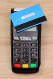 有不接触的信用卡的付款终端在书桌上,财务概念 免版税库存照片