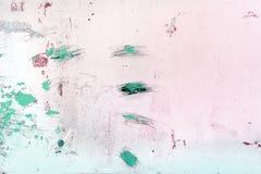 有不能理解的抓痕、污点和离婚的墙壁 与绿色油漆斑点的异常的白色背景  免版税图库摄影