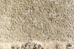 有不规则地大小的石头和a的老城市墙壁砂岩墙壁 免版税库存图片