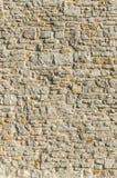 有不规则地大小的石头的老城市墙壁砂岩墙壁 库存图片