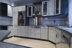有不锈的仍然装置的现代空的厨房 库存照片