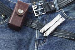有不锈的multitool刀子的蓝色牛仔裤 免版税库存图片