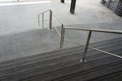 有不锈钢栏杆的台阶 免版税图库摄影