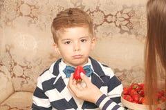 有不满意的面孔的男孩 免版税库存图片