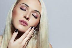 有专业构成的美丽的白肤金发的妇女 性感的秀丽女孩 紫胶修指甲 免版税图库摄影