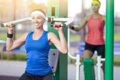 有专业的成套装备的两个运动员女朋友室外 免版税库存图片