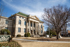 老石法院大楼在镇中心 免版税库存图片