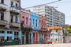 有专栏的减速火箭的蓝色,桃红色,红色,白色房子在街市 免版税图库摄影