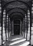 有专栏的走廊在黑白硒照片,抽象建筑照片,黑白照片,建筑学细节 库存照片