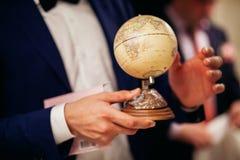 有世界地图的人 免版税库存照片
