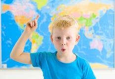 有世界地图的学龄前男孩 库存图片