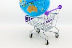 有世界地图的购物车零售业的 网上和离线购物的,市场图象用途全世界,事务 库存照片