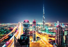 有世界最高的摩天大楼的大未来派城市 迪拜,阿拉伯联合酋长国的空中夜间地平线 库存照片
