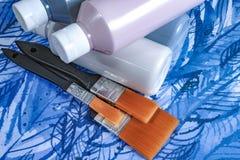 有丙烯酸漆的瓶与刷子,手工制造,爱好和装饰 免版税库存照片