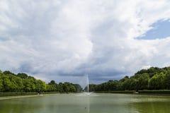 有东方几何传统样式的美丽的马赛克喷泉 免版税库存图片