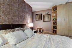 有东方口音的舒适卧室 免版税库存图片