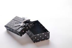 有丝带和圈子的小开放黑礼物盒 免版税库存图片