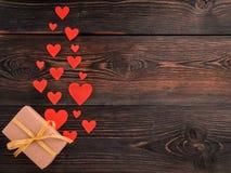 有丝带和许多的礼物盒在木tex的一点红色心脏 免版税库存照片