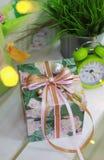 有丝带弓的手工制造礼物盒和的装饰 免版税库存照片