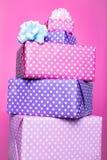 有丝带的五颜六色的礼物盒在桃红色背景 桃红色,紫色,淡色,明亮 免版税库存照片