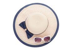 有丝带的夏天在白色背景隔绝的帽子和太阳镜 顶视图和拷贝空间 免版税库存照片