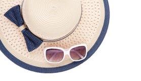有丝带的夏天在白色背景隔绝的帽子和太阳镜 顶视图和拷贝空间 免版税图库摄影