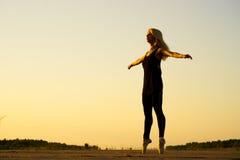 有丝带的妇女舞蹈演员 免版税库存图片