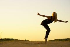 有丝带的妇女舞蹈演员 图库摄影