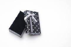 有丝带的小开放黑礼物盒和圈子冠上 免版税库存照片