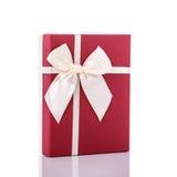 有丝带的新的颜色礼物盒 beeing的概念连接集中查出的射击工作室包围的技术白色 免版税库存图片