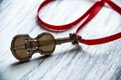 有丝带的木小提琴 库存图片