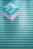 有丝带的礼物盒在有条纹的桌布假日概念 库存照片